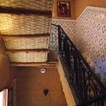 dessous des escaliers donnant accès aux chambres