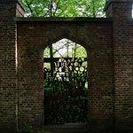 Um portão fechado no caminho do parque.