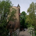 Torre vista de uma pequena ponte sobre o lago do parque.