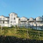 Hotelansicht auf dem Weg nach unten zur Promenade
