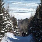 la route pour s'y rendre en hiver... en motoneige