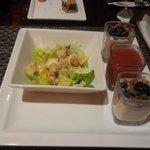 Mini saladas e mini parfaits.