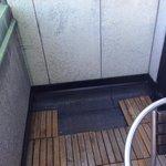 Fehlende Bodenplatten auf dem Balkon, sowie kein Tisch!