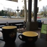 Coffee, cake and desserts with the best view of the Bendigo Fountain