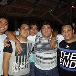 Una noche con los amigos en infinyto show bar el lugar donde la fiesta nunca termina