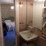 salle de bain etroite,ancienne , équipement 2*