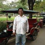Mr Chuon Chantol, tuk tuk driver devant le Victoria hotel