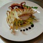 Calamaro alla griglia,su Julienne di zucchine e pachino.