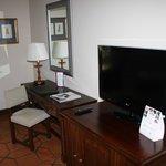 Escritorio y TV en la Habitación