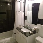 Das relativ große und optisch ansprechende Badezimmer. Duschgel, Haarwaschmittel liegen aus.