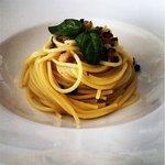 spaghettoni con colatura di alici e pane di altamura ai profumi nostrani