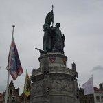 Estátua no centro da praça.