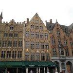 Vários prédios com frontões estilo holandês.