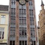 Um dos vários prédios que chamam a atenção na praça.