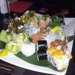 Un combiné de divers makis, sushis et california rolls