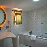 Badezimmer zu Deluxe Suite Raum Nr. 1401