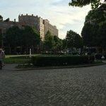 Blick über den Park zum Hotel