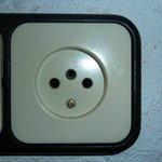 Ricordatevi che le prese elettriche in Spagna hanno solo 2 fori....