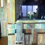 Le mini bar avec machine à café , mini chaîne pour écoutée de la music , boissons fraîche ( y co