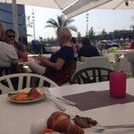 Jättegod stor frukostbuffé med riktigt mysig uteservering under segelduk och med palmer