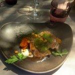 Gigot d'agneau rôti, carottes au curcuma et aubergines confites