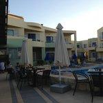 Pool am Nachmittag mit angrenzenden Suiten