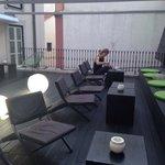 La terrasse de l'hôtel dans une cour intérieure du 1er étage. Vous pouvez même y prendre votre p
