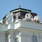 Detalhe de esculturas no alto da Biblioteca Nacional
