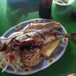 RIQUISIMA SIERRA FRITA. con arroz con coco, yuca, patacones y ensalada