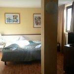 camera con colonna e copriletto