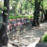 Estatuinhas de Jizo adornadas