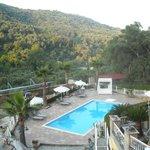 la piscina vista dal balcone dell'appartamento
