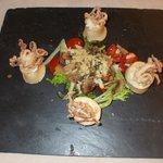 Piatto semplicemente delizioso calamaretti fritti in cestino di formaggio gorgonzola
