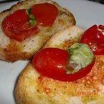 Bruschette col pomodoro fresco e basilico