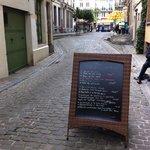 Une des rares rues piétonnes du centre de Bruxelles, un village