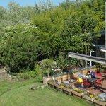 En días soleados de mayo como este apetece desayunar en la terraza del jardin