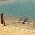 Duchas y escaleras de acceso al maravilloso Mar Muerto.