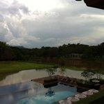 Uitzicht vanaf balkon op het zwembad en rivier