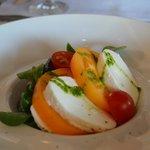 Прекраснейший салат с маринованными овощами и свежайшей моцареллой