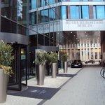 esta en una cortada de la avenidaFriedrichstrasse 99, 10117 Berlín