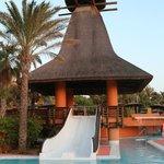 Toboganes en la zona infantil de la piscina