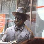 Beroemd standbeeld voor de deur