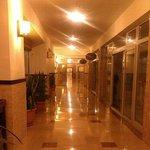 Это коридор первого этажа. Здесь два ресторана турецкой и рыбной кухни.