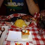 Segundo plato del menú Hungarikim: muslo de pato asado