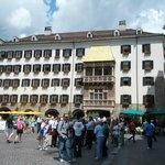 """Het balkon met het gouden dak (""""Goldenes Dachl"""")."""