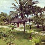 Vista do quarto para a área comum (piscina, e recreação e praia ao fundo)