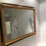 Le beau miroir dans la salle de bain.