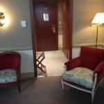 Les fauteuils disponibles dans la chambre (Porte d'entrée en arrière fond).