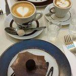 Torta Holandesa e Truffe com café Latte pq e outro grande. Uma delícia.