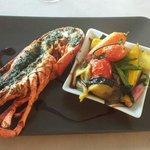 Heerlijke hoofdgerecht van kruidige crab met gegrilde groenten